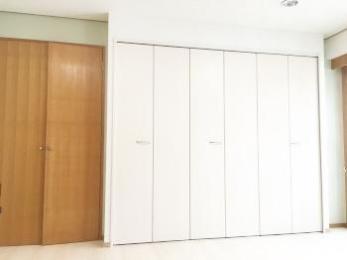 白いクローゼットで明るい部屋に、3部屋に床暖房で温かく快適にリフォームできました