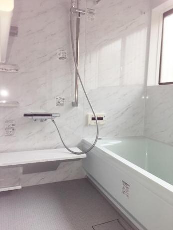 浴槽の位置を変えることによって、車椅子でも使いやすいようになりました。  お手入れもしやすくなり、毎日快適に使っています。