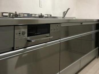 ステンレス製の扉になり、とても丈夫なキッチンになりとても満足しています。