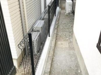 崩れそうで心配だったブロックを低くしてフェンスを取り付けました。お隣へも安心です。