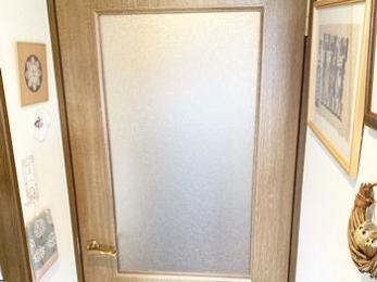 風でドアが強く閉まることもなくなって安心。色も枠にあった仕上がりで満足。